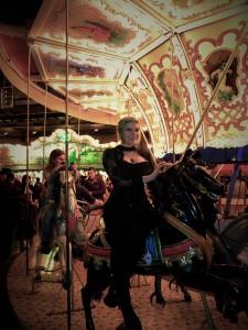Frau auf einem Kettenkarussell-pferd