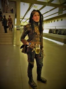 Mann mit Dreads in Steampunk Outfit