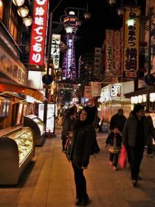 Osaka, straße mit Werbungen