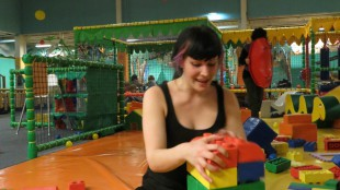 Claudi mit Lego im Kinder Tikiland
