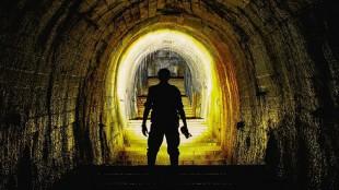 Verlassene Orte Mann im Tunnel