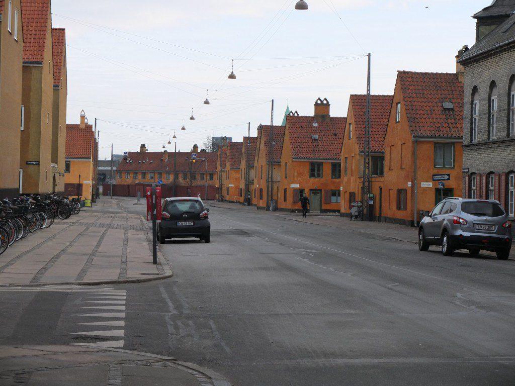 Oranger Straßenzug Kopenhagen